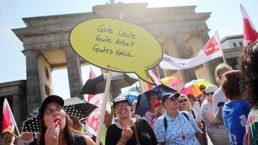 Beschäftigte der Berliner und Brandenburger Geldinstitute demonstrierten am 19.6.2019 während eines Warnstreiks vor dem Brandenburger Tor in Berlin